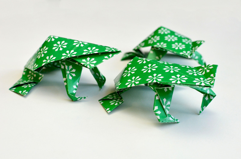 braincrafts_family_origami_frogs.jpg
