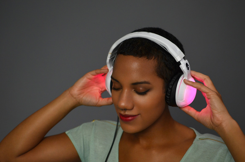 flora_RisaRose_Skullcandy_LED_Headphones_Rockingout.jpg