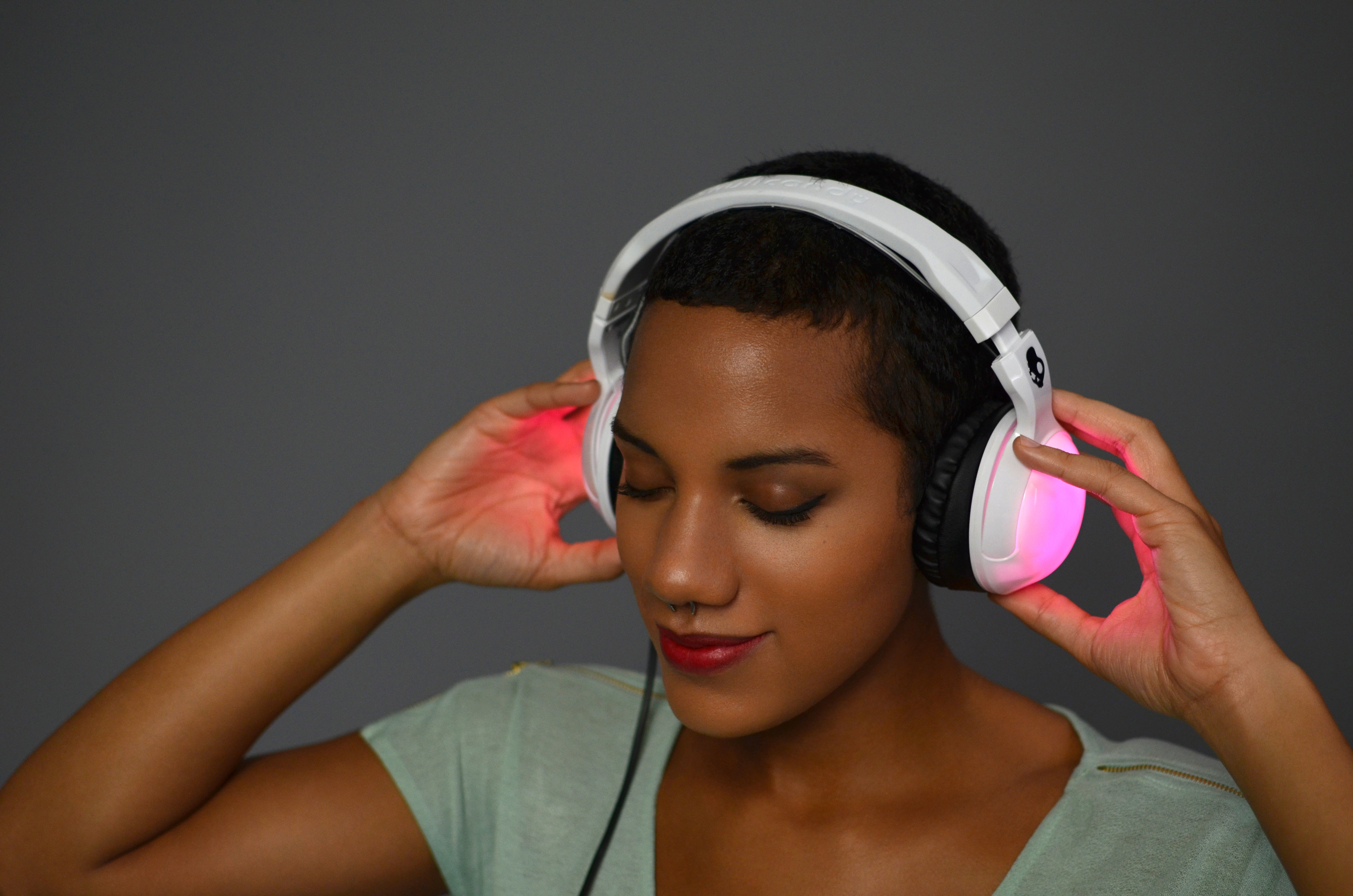 flora_RisaRose_Skullcandy_LED_Headphones_Rockingout.jpg