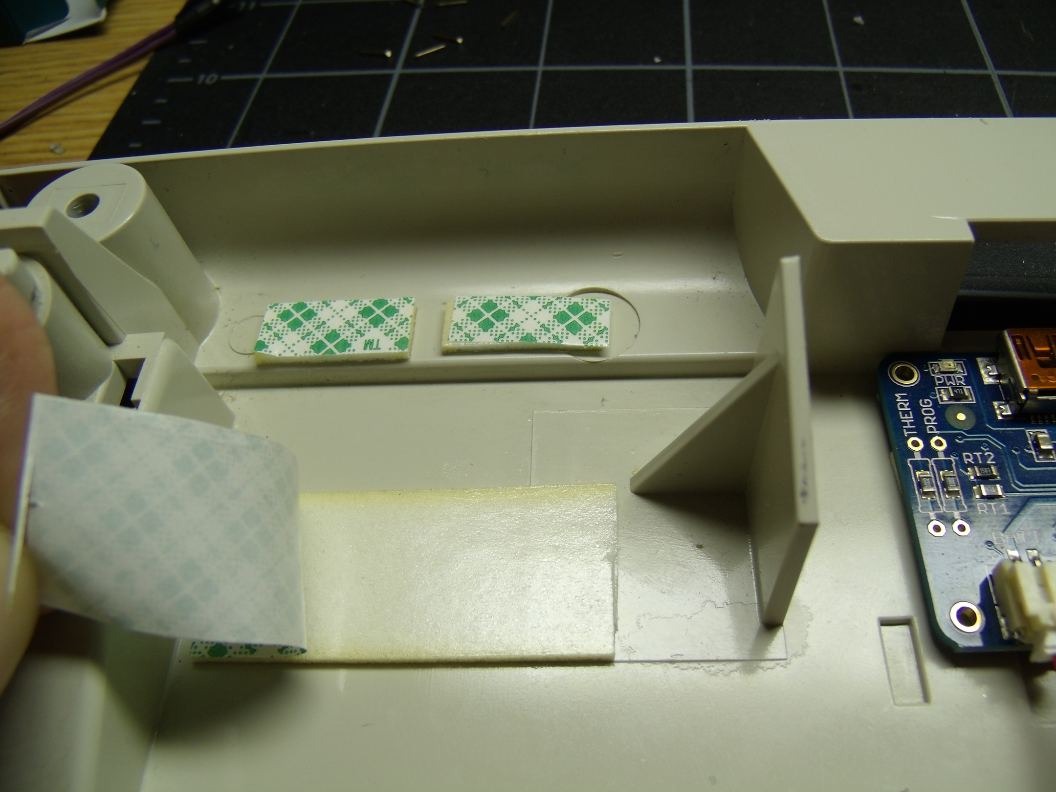 hacks_026_foam_tape_under_battery.resized.jpg