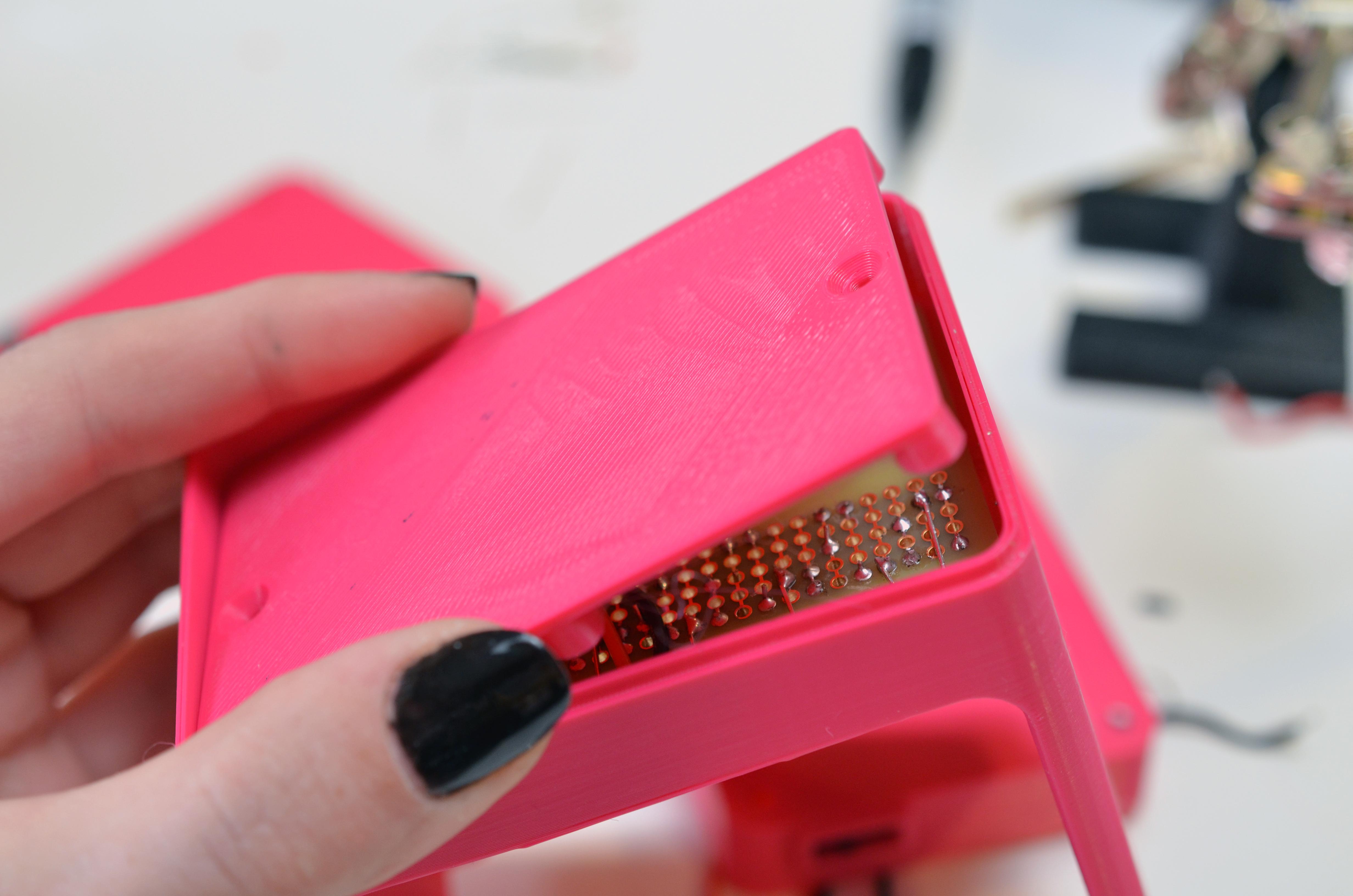 leds_uv-manicure-lamp-compartent-shelf.jpg