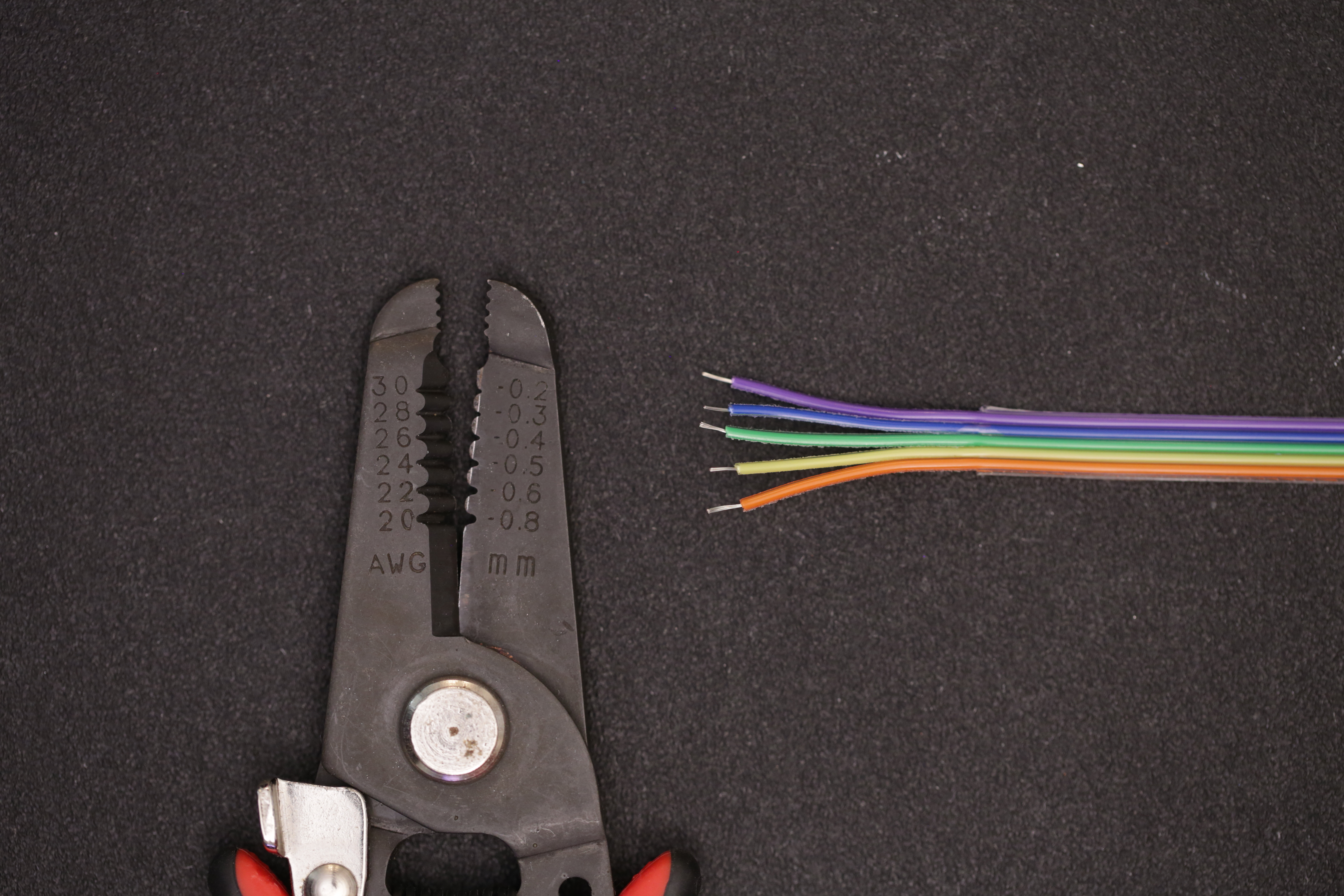 leds_stripped_jumper_tips.jpg