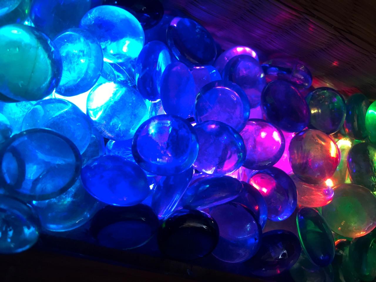 led_strips_00_glass_pebbles_lit.jpg