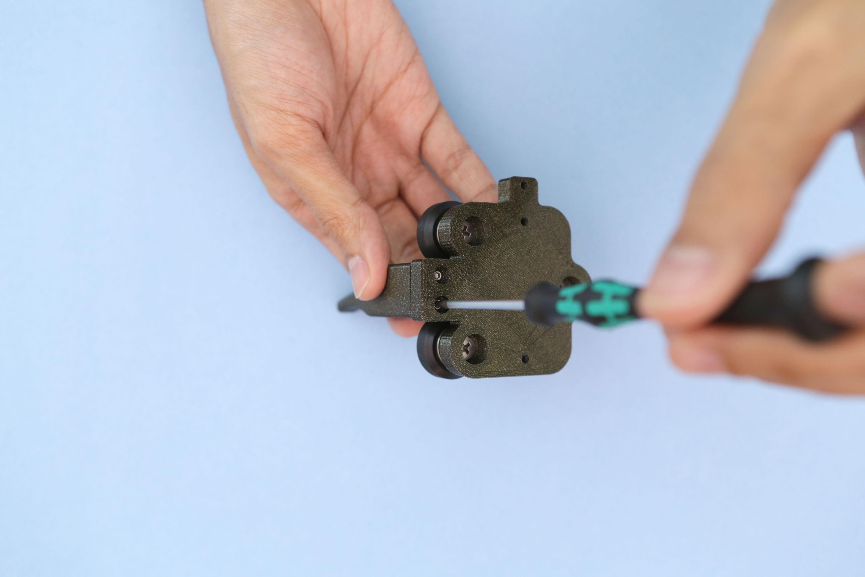 3d_printing_roller-handle-screwing.jpg
